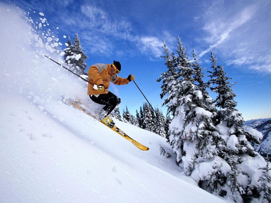 日月峡滑雪场 穿林海,跨雪场