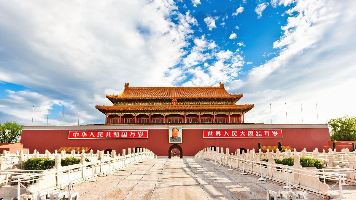 坐落在中华人民共和国首都北京市的中心,故宫的南端,与天安门广场