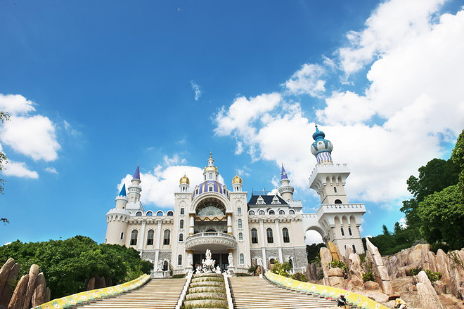 皇室古堡是龙凤山庄全新力作,豪华气派的古堡把童话世界搬到现实中