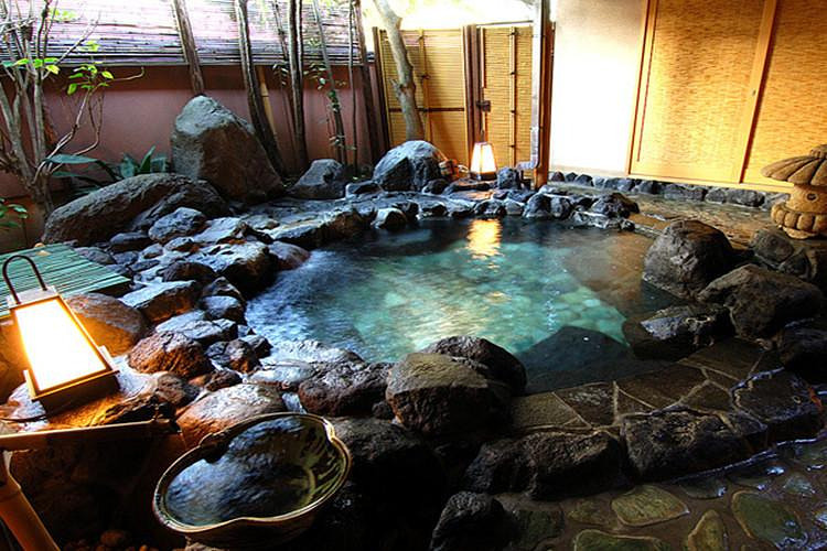 【修善寺温泉街】(约90分钟)修善寺镇位于伊豆半岛的中央部,周围是被