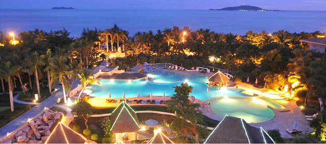 万嘉戴斯度假酒店泳池夜景