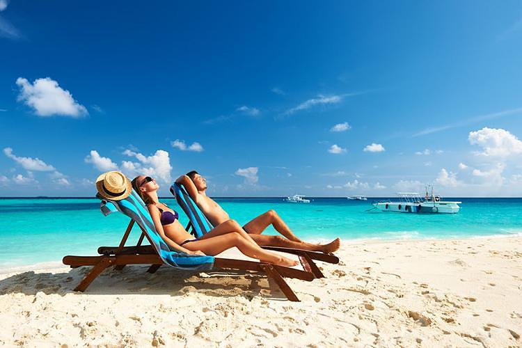 岛上大致划分为三个海滩区域,主沙滩的沙子质量最好,沙滩躺椅大部分