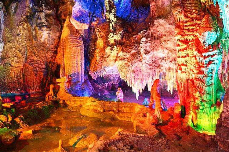 参观,龙宫是岛内形成的天然地下溶洞,曲折全长