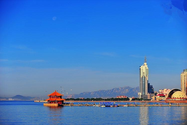 游览市内风光:青岛市内十景之首的青岛百年标志——【栈桥】(约30分钟