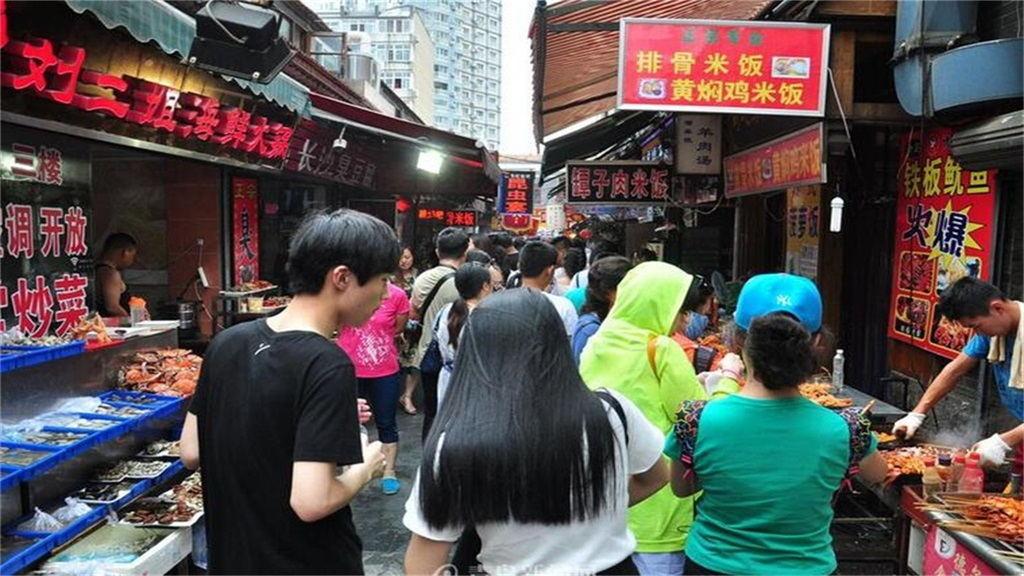 位于青岛市南区中山路劈柴院17号的客栈酒店.小吃众多,琳琅满目.