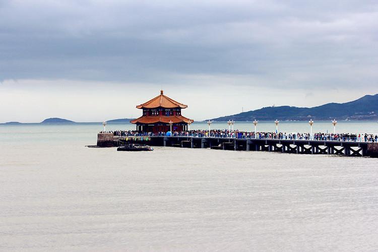 早青岛接团,游览市内风光:青岛市内十景之首的青岛百年标志——
