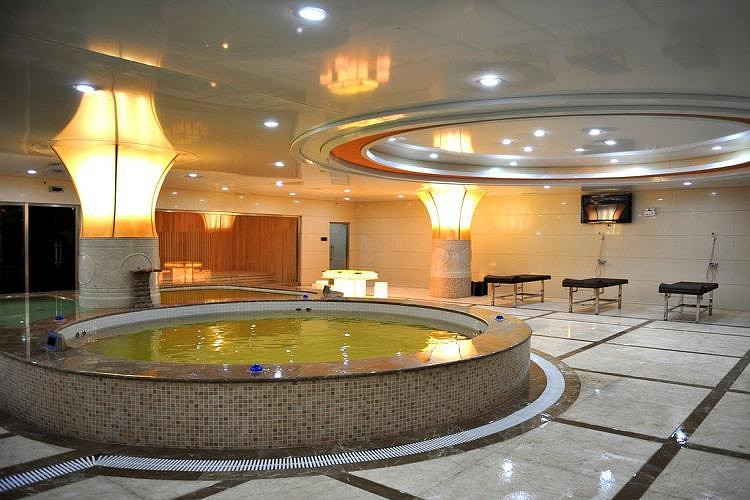 驾车至长白山金水鹤国际酒店,办理入住.享受温泉的沐浴.
