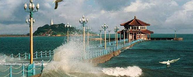 景点介绍              栈桥海水浴场       步于栈桥海滨,可见青岛