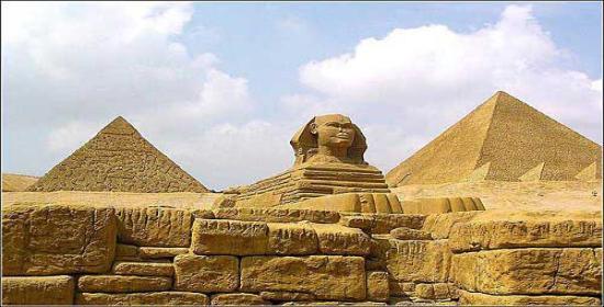 神秘的埃及金字塔(吉萨金字塔群)和馆藏七千年人类