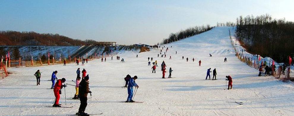 提供高山滑雪、越野滑雪、雪橇滑雪、雪地摩托、狗拉雪橇、马拉雪橇、湖上滑冰、堆雪人、雪地烟花篝火晚会等游艺项目