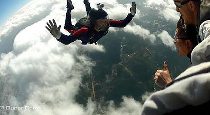 左右的高空跳下飞机