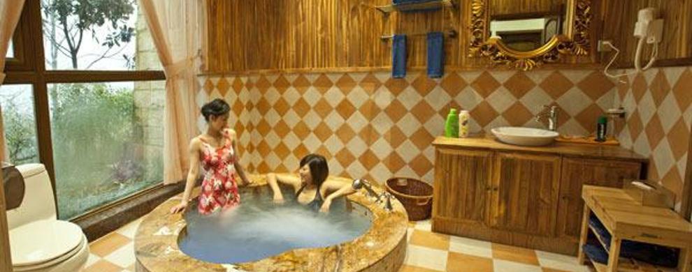 七里坪温泉度假酒店海拔1300米左右,是在四川省首批省级旅游度假区中打造的一家集客房、餐饮、温泉运动会所、购物、娱乐为一体的高星级度假型酒店。酒店拥有400余间客房可容纳800余人同时住宿,房间布置以温馨浪漫为主,所有房间均拥有数字电视系统和免费宽带上网服务。西南片区首屈一指的硼氟硫温泉,融露天温泉汤池、干湿蒸桑拿按摩包房、大中小汤池、休息大厅、露天休闲平台、男女更衣室为一体。温泉共计50余个汤池可接待300人以上的客人同时使用。无论是装修设计还是硬件配备都无可挑剔。从此温泉想泡就泡吧!峨嵋半山七里坪国际