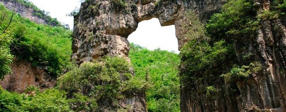 凤凰欢乐谷门河景区一绝--凤凰石门
