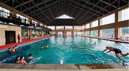 女皇温泉共有室内温泉池,露天温泉池,室内游泳馆,室外小型泳池,贵妃沐