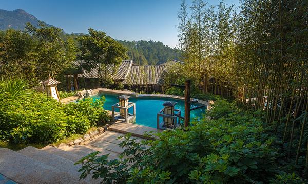 度假村按五星标准和国家4a级景区标准精心打造的森林人家温泉度假村