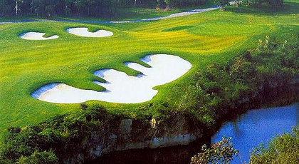 18洞国际标准高尔夫球场,总占地面积约1800亩,球道全长约7200码;起伏