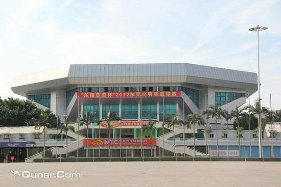 東莞體育中心包括:體育館、游泳館、射擊館、體育場、訓練館、訓練場。在整體布局上取用非對稱的結構形式,以游泳館為壓軸建筑物,安排在中心廣場中央,體育場和體育館分布在兩旁。三大主要建筑物(體育場、體育館、旅游館)既是獨立的完整個體,又是一個有機相連的大整體,三個建筑物通過兩條連廊的連接,渾然成一整體,這是為適應南方城市雨量多而設置的。
