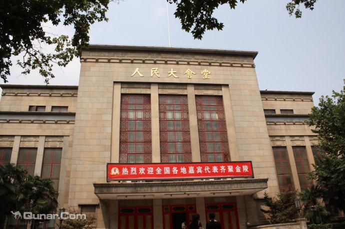 人民大会堂现有建筑面积6600平方米,可容纳2700人.