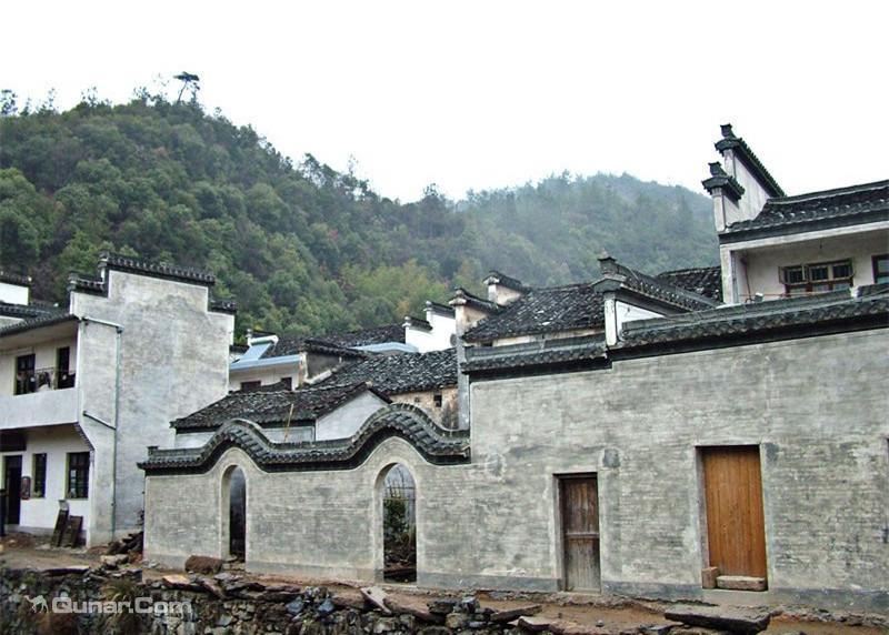龙川胡氏宗祠,体量宏大,砖木结构,悬山屋顶,抬梁构架,坐北朝南,建筑