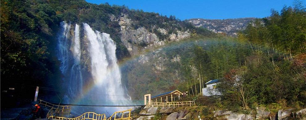 飞跃瀑布的彩虹
