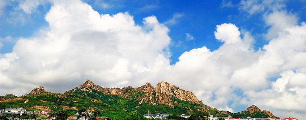 蓝天白云相映