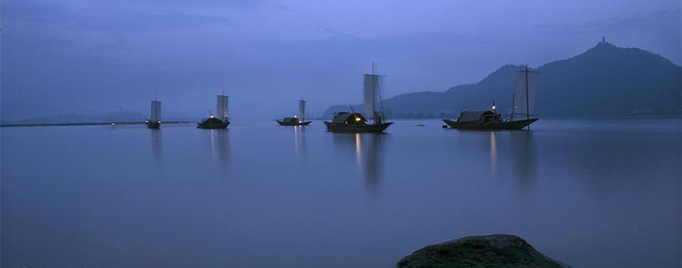 夜幕下的渔船