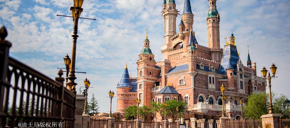 这里可供游客尽享多日休闲娱乐时光。整个度假区于2016年6月开幕,包括:一座主题乐园适合所有人游玩、以神奇王国风格打造的上海迪士尼乐园,由六大主题园区组成,包括:米奇大街、奇想花园、探险岛、明日世界、宝藏湾及拥有奇幻童话城堡的梦幻世界。两座主题酒店包括拥有420间客房、优雅别致的上海迪士尼乐园酒店以及拥有800间客房、充满童趣的玩具总动员酒店。一个国际级的购物餐饮娱乐区迪士尼小镇,华特迪士尼大剧院将位于其中《狮子王》。一个由静谧的花园和波光粼粼的湖