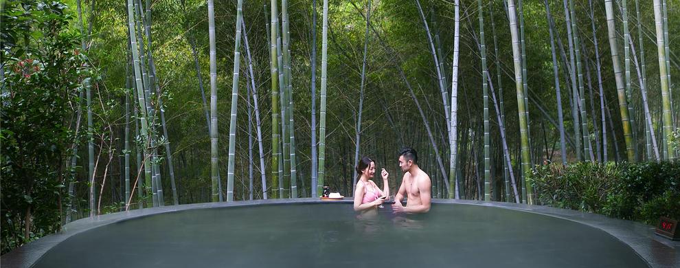 在竹林间与泉水亲密互动