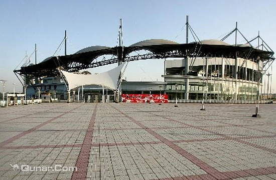 秦皇岛奥体中心作为北京奥运会足球比赛分赛场的秦皇岛市奥体中心体育场,占地16.87万平方米,建筑面积4.18万平方米,拥有国际标准的长104米、宽68米的人工草皮足球场和400米环形跑道田径场地。可容纳观众3.5万人,于2004年8月竣工并投入使用。