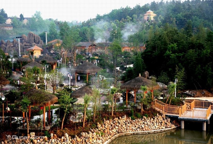 玉龙温泉欢乐谷由九大主题公园组成:温泉养生园,水上娱乐园,动物表演