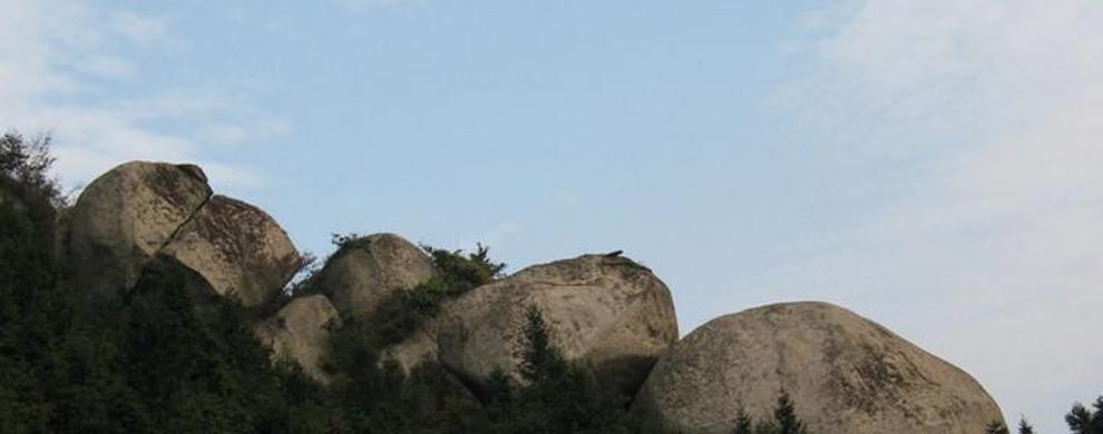 风吹雨打的山石