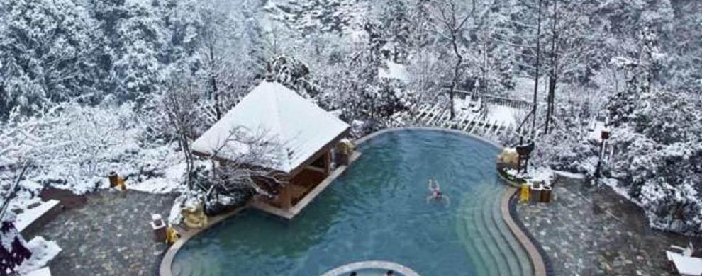 山林中的雪地温泉