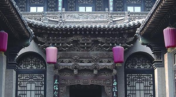 西南院门脸是一组具有欧式风格的大型青石立体浮雕,高十五米,宽十米
