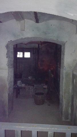 在狱警的办公楼楼下就是逼供的刑房,还有水室,各种严刑拷打的工具