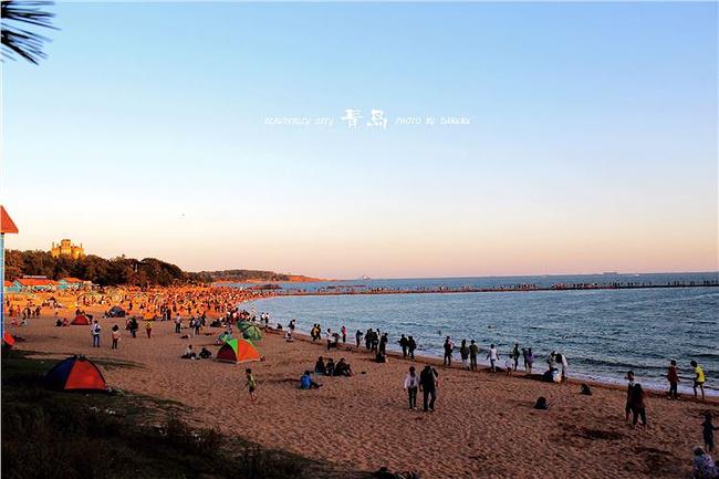 青岛的天气早晚温差还是蛮大的,尤其是海边,凉意袭来.