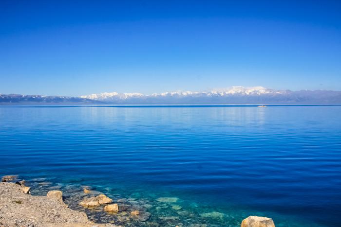 湖岸边,湖水漫过碎石,湖底的景致清晰可见