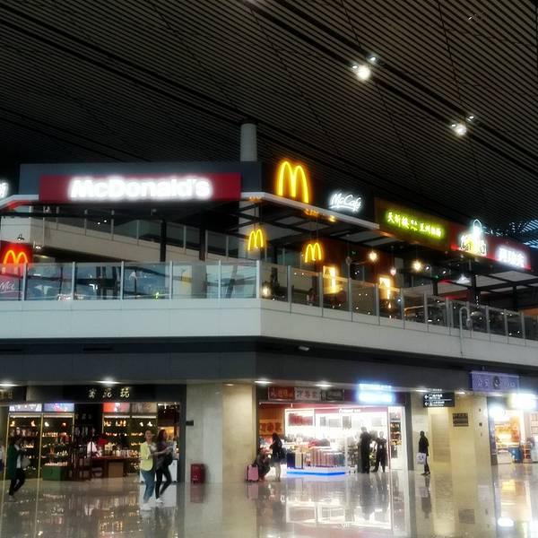 此次所点评的天津滨海机场主要以T2为主。 位置与交通:天津滨海机场离位于天津市东丽区,离市区并不远,交通比较方便,只是目前天津外环正在施工,加上卫国道与外环的交叉路口正在修高架桥,交通有些不便,容易堵车。出入机场的公共交通方式很多,去南京路、天津站、天环客运站以及梅江皇冠假日酒店的朋友可以选择机场大巴,此外还有很多趟公交车去往市区的不同地方。 不过,在我看来去机场最方便还是地铁。2号线地铁可以直达天津机场,通过与地铁1号线,3号线换乘,可以去往天津的各个地方,相当方便。 机场概况: 随着2014年8月28