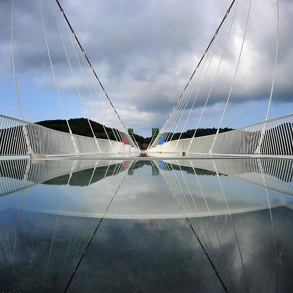 整个工程无钢筋支架,是一种全玻璃结构的桥梁
