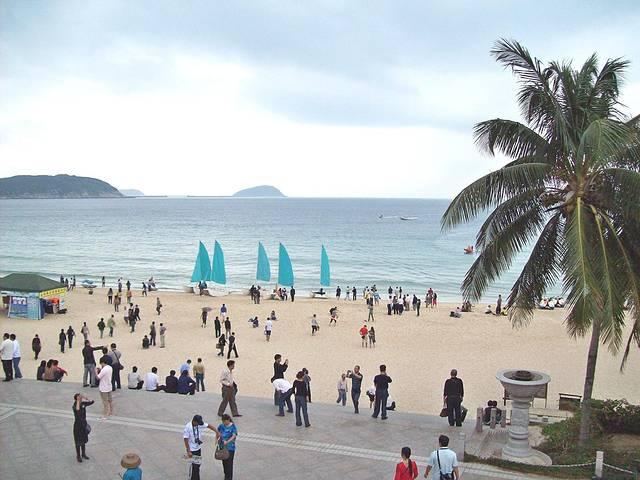 洁白,衬托着椰树,海水,天空与沙滩椅,太阳伞还是挺具热带海岛风情的