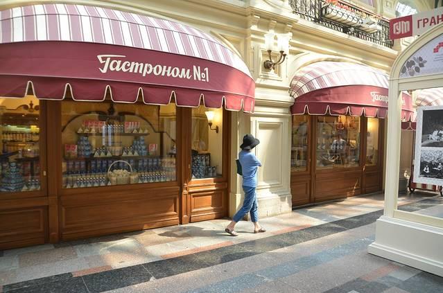 导游给我们在红场预留了两三个小时的时间,于是逛完红场后我们就直奔这个俄罗斯最大的商场啦古姆百货商店。商场里边超级热闹,游客也很多,夏季外边太热,我们也刚好进来休息下。商场很大,中间的入口旁边就有几家咖啡店和甜品店,喝着咖啡,来块蛋糕,晒着太阳看广场上人来人往,蛮惬意。