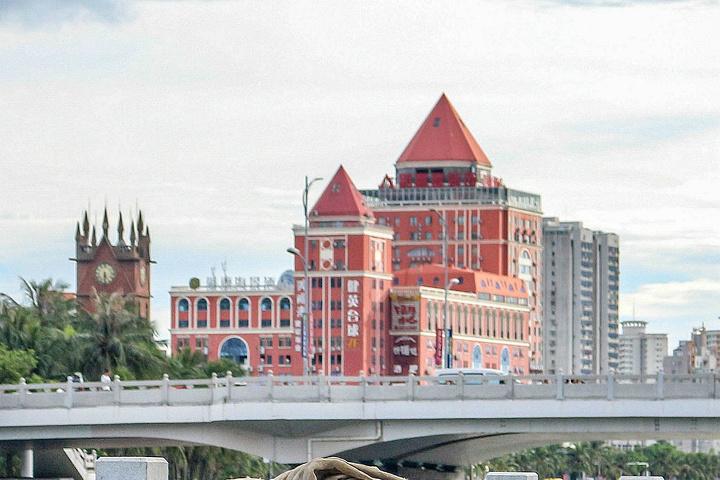 先生发动海外侨胞捐款集资修建的仿哥特式钟楼,建成以来一直是海口最图片
