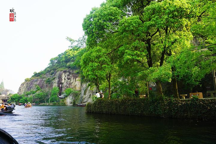 东湖是我此次绍兴之旅比较期待的景点,去过之后发现比想象中的小很多,但景色却完全符合我的期待,倒是没有让我失望。 东湖以崖壁、岩洞、石桥、湖面的巧妙结合,成为著名园林,与杭州西湖、嘉兴南湖并称浙江省三大名湖。 东湖所在地,原为一座青石山,秦始皇东巡时曾在此驻驾饮马。这里山石坚硬,早在汉代就被人选中成为采石场,至隋,越国公杨素为修越城,大举开山取石。经年累月,搬走了半座青石山,并形成了高达50多米的悬崖峭壁。因为当时取石还深入到地下20多米,有的甚至四五十米处,日子一久,遂形成奇谭深渊,宛如天开。清末,陶渊明
