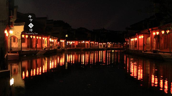 金磚銀瓦,甚是美麗.幾盞紅燈路過,風景靜好.一橋一孔皆是景