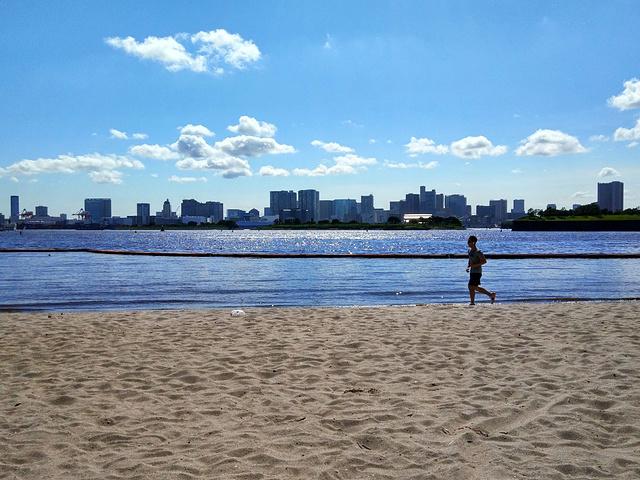 在公园里,你能看到蔚蓝的东京湾,海天一色的画面,让人不由赞叹.图片