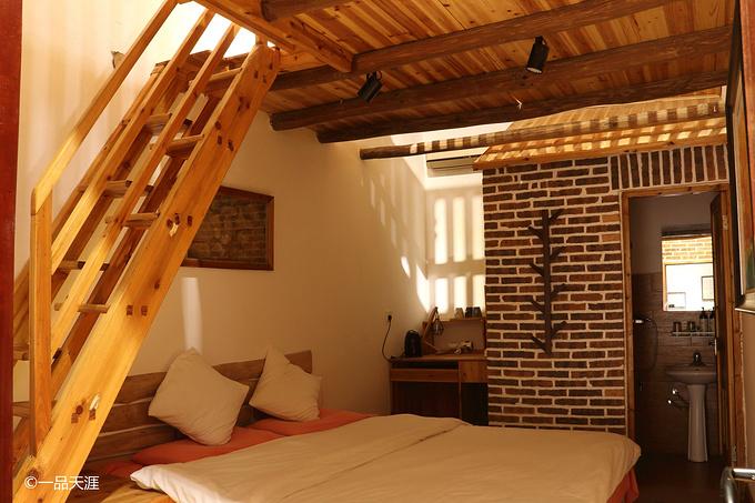 复式的阁楼,昏黄的灯光给人营造温馨舒适的家庭环境.图片