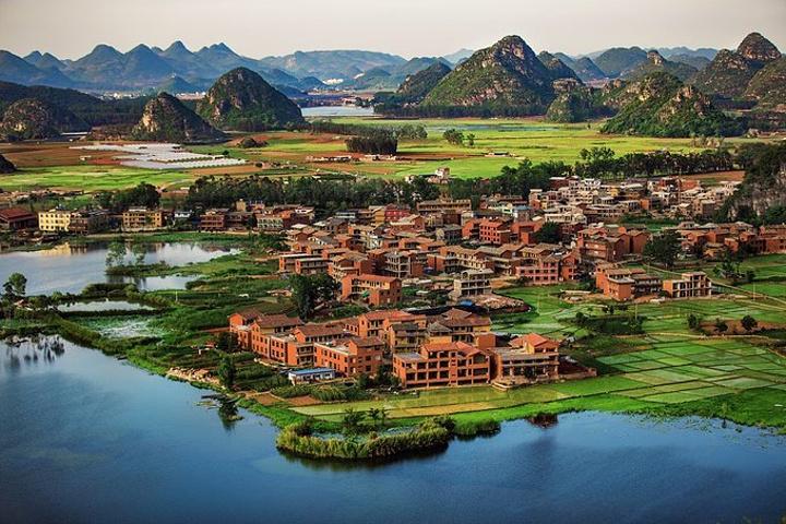 典型的山水田园风光,普者黑村及仙人洞村等少数民族村落也在这里.