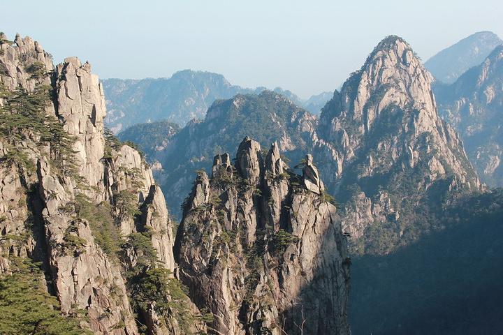 其实,除了云海没看到,其他的风景确实优美,有一种山