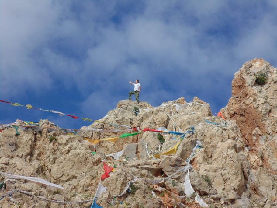蓝色背景爬山人物素材