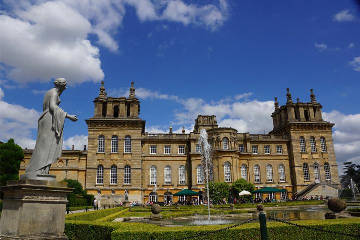 布伦海姆宫规模不算太大,其主建筑和前面的花园,还是挺耐看的.