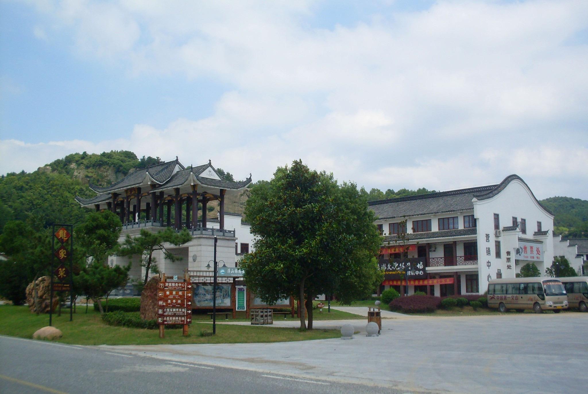 浮山旅游风景区位于枞阳县中部偏北地区,白荡湖畔,北距合肥120公里